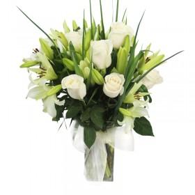 Florero con 12 Rosas y 10 Liliums Blancos