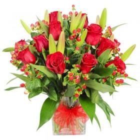 Florero de 12 Rosas y Liliums Rojos con Hipéricos