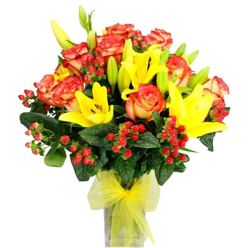 Florero de Liliums Amarillos y 12 Rosas Circus con Hipéricos