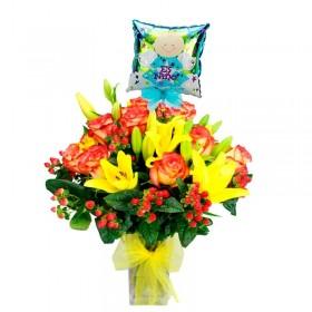 Florero de Nacimiento Niño con 12 Rosas Circus y Liliums Amarillos más Globo