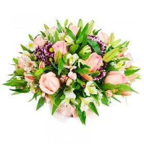 Cesta Juvenil Mediano con Rosas Rosadas Liliums y Astromelias