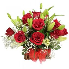 Cesta 9 Rosas Rojas con Liliums Blancos