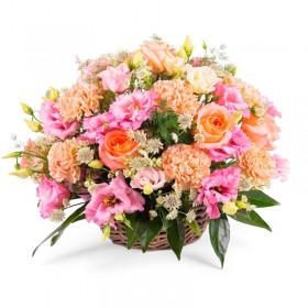 Cesta Mediana con Lisianthus Rosados y Rosas Damasco con hipéricos