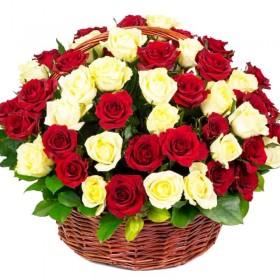 Cesta redondo con 50 Rosas Blancas y Rojas