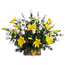 Canastillo de Rosas Blancas y Liliums Amarillos
