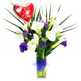 Florero con Calas Flores Lilas y Globo para la ocasión